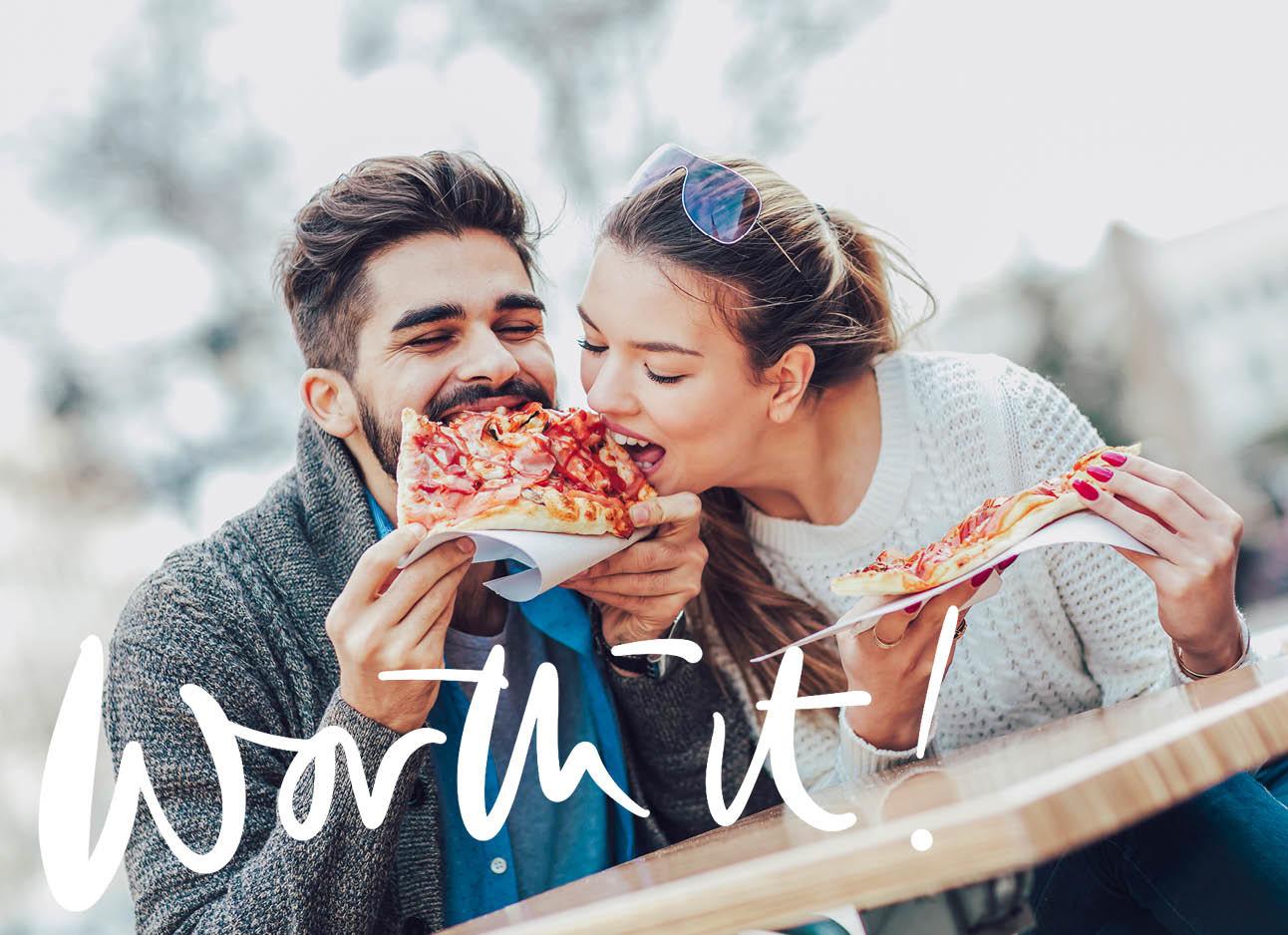 stelletje eet samen van een pizzapunt