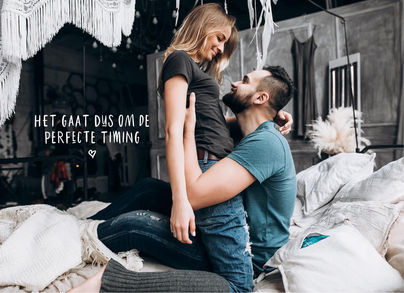 man en vrouw op bed lachend naar elkaar