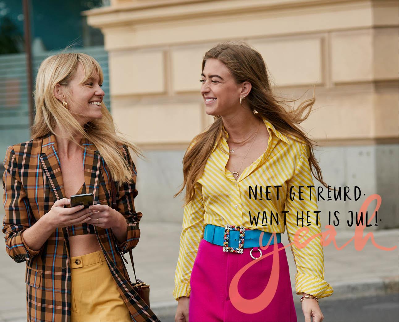 twee vrouwen lachend naar elkaar