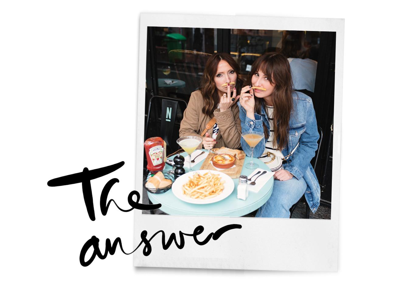 lil en may eten snacks in parijs op een terras friet en cocktails chanel tas