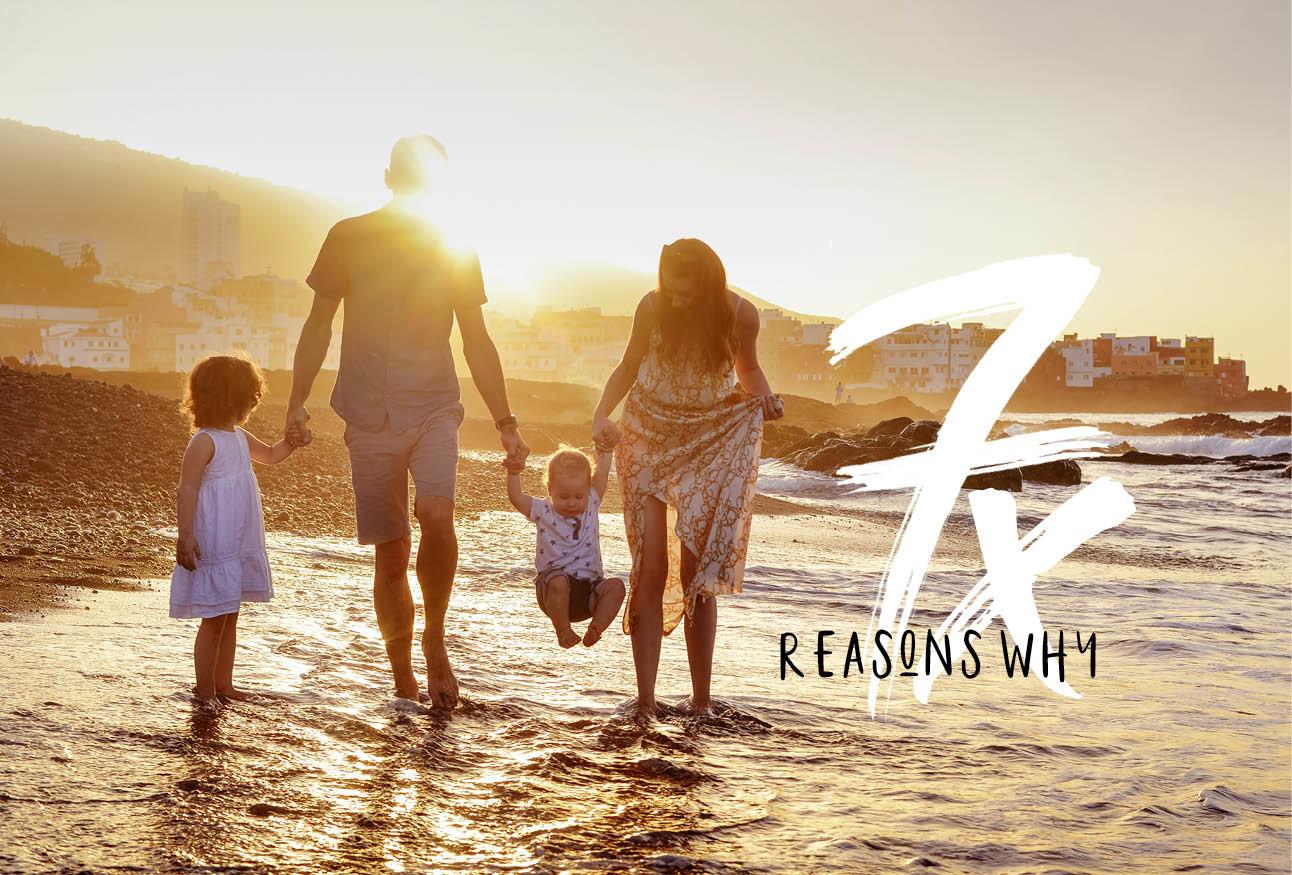 familie op vakantie lopend in de zee