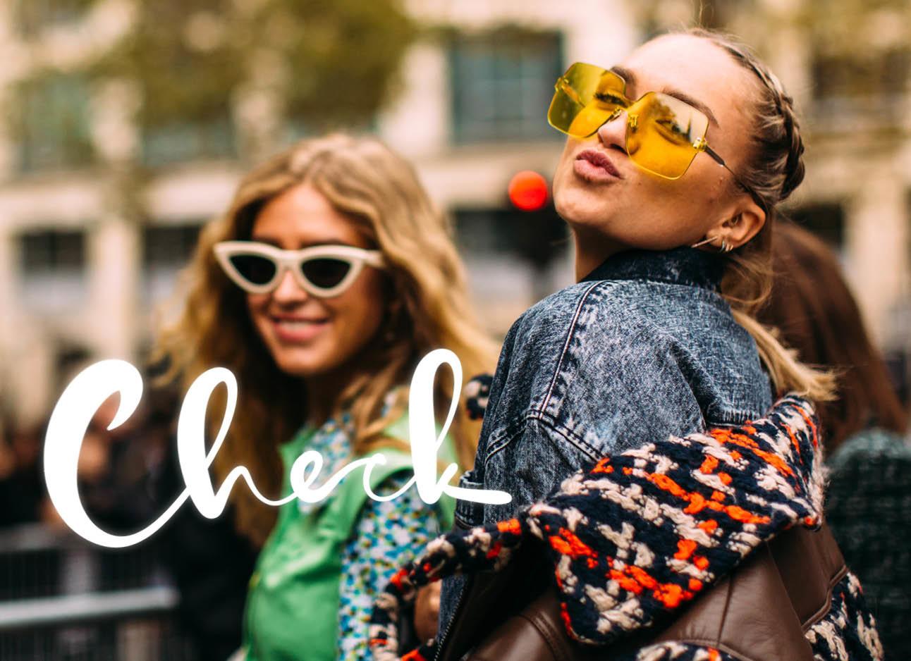twee vrouwen met zonnebrillen lachend
