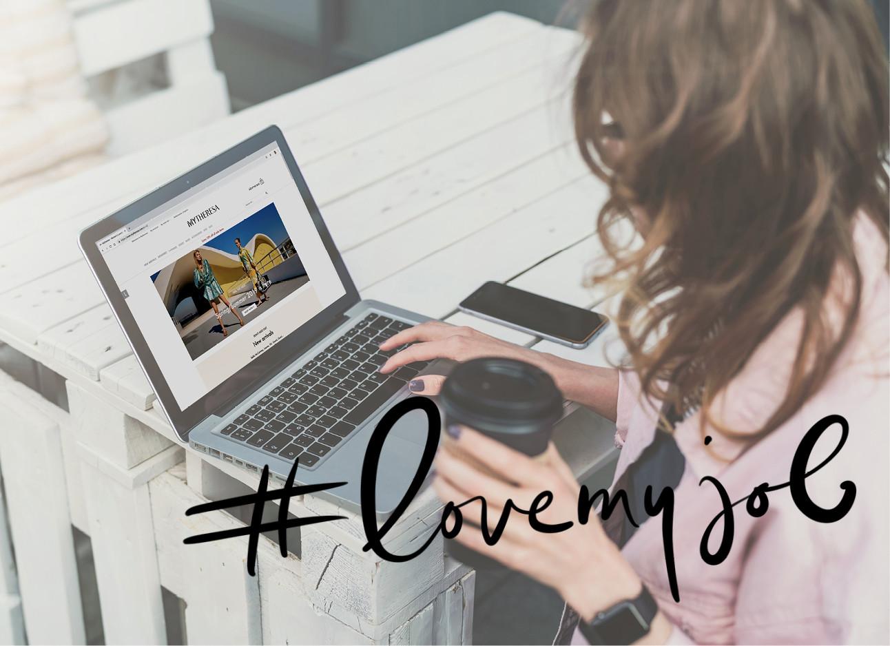vrouw achter computer aan het werk met koffie in haar handen
