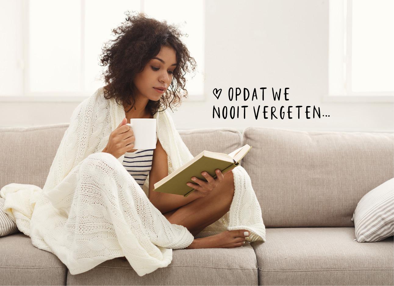 vrouw op de bank aan het lezen