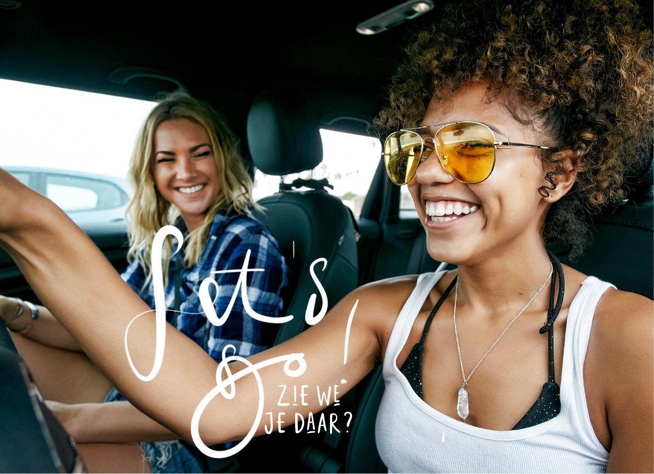 twee vriendinnen in een auto roadtrip