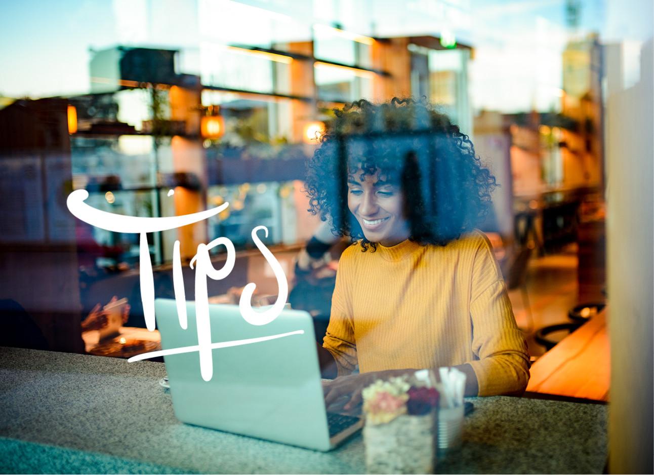 vrouw aan het werk in een cafe