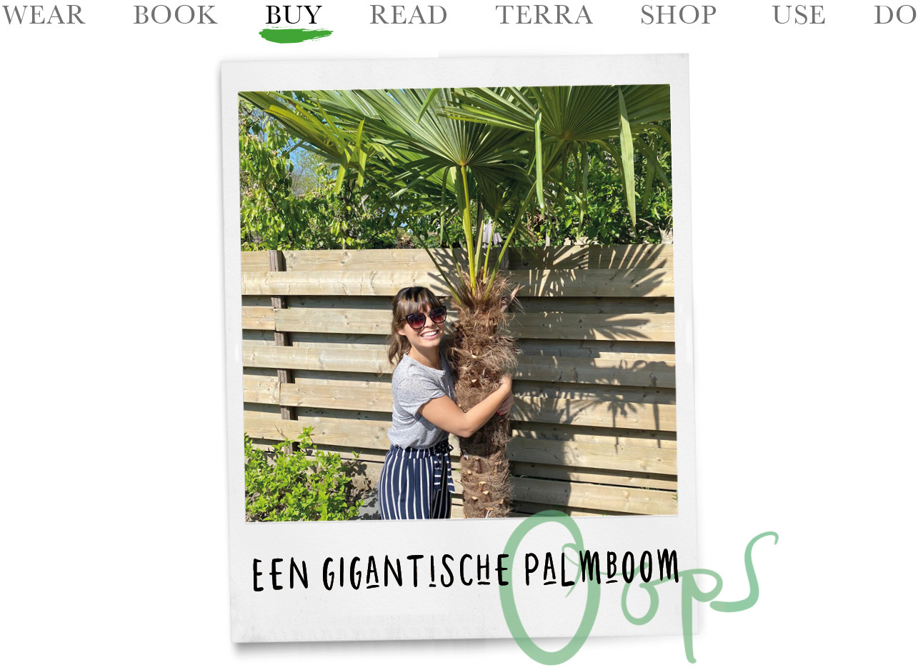 Kiki knuffelen met een grote palmboom in haar tuin