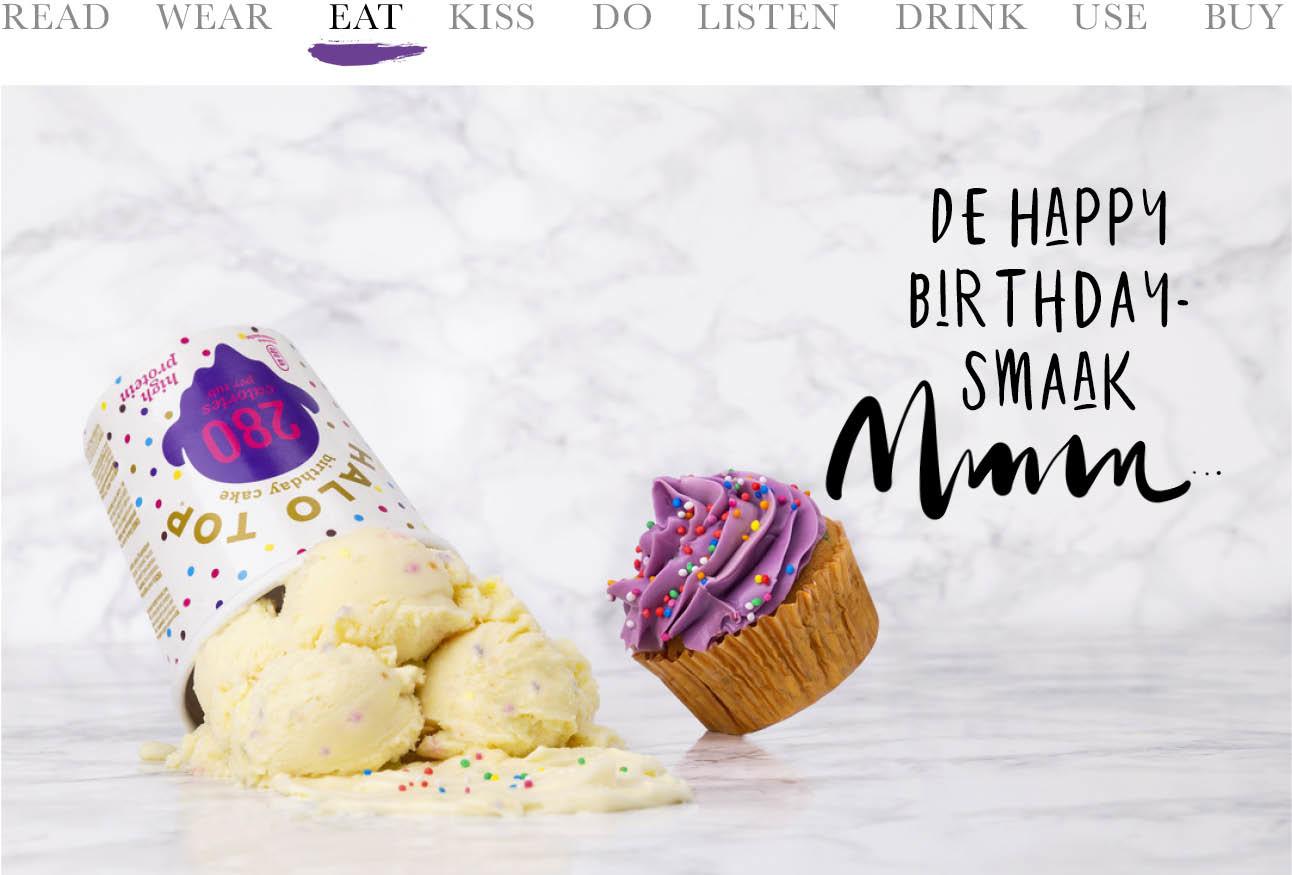 er staat een omgevallen bak ijs op de foto met daarnaast een paarse cupcake