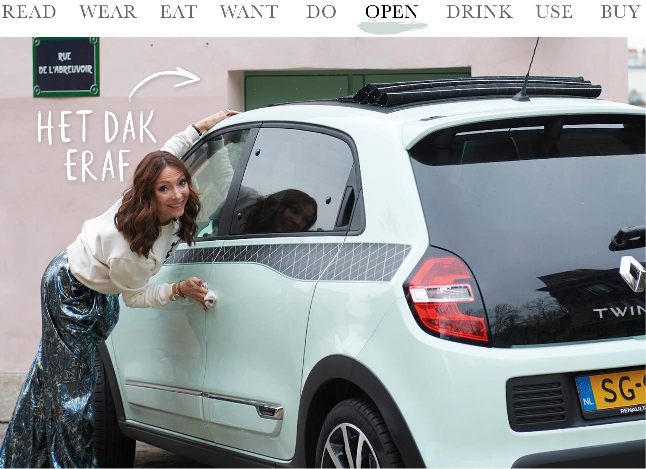 May-Britt Mobach bij haar mint groene Renault