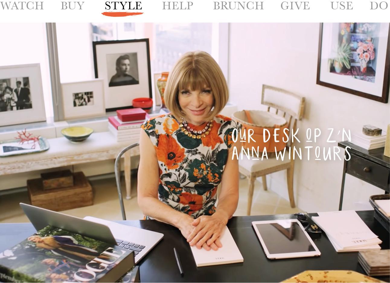 anna wintour achter haar desk bij hoofdkantoor Vogue