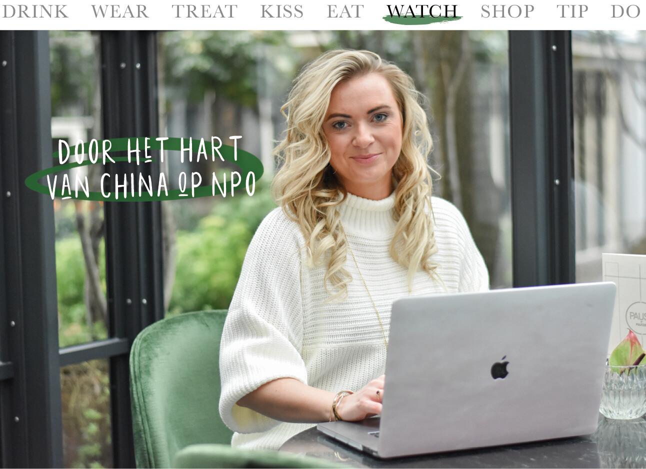 Wieke Veenboer achter haar laptop