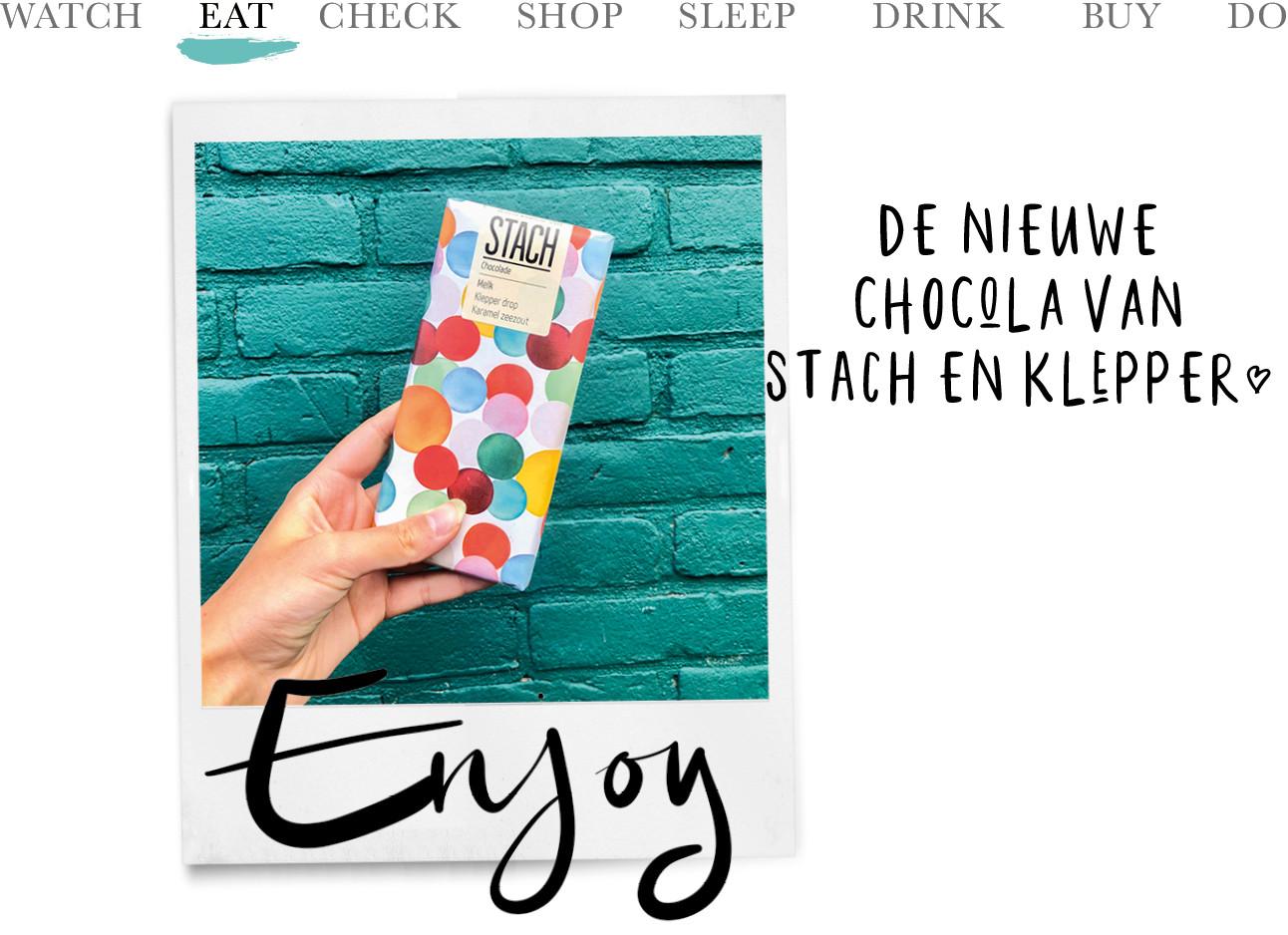 beeld van de nieuwe chocolade reep van stach en klepper voor een blauwe muur