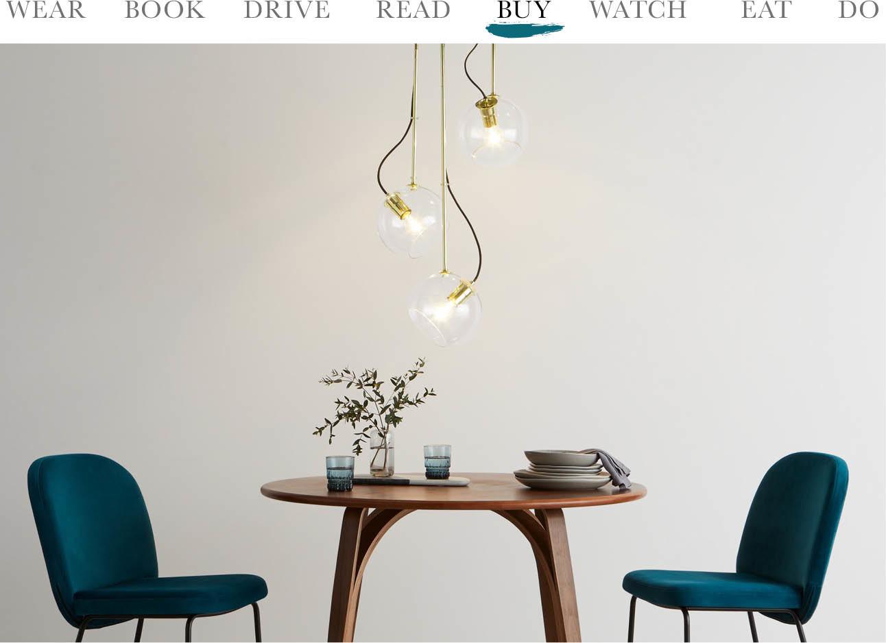 tafel met stoelen en een gouden lamp