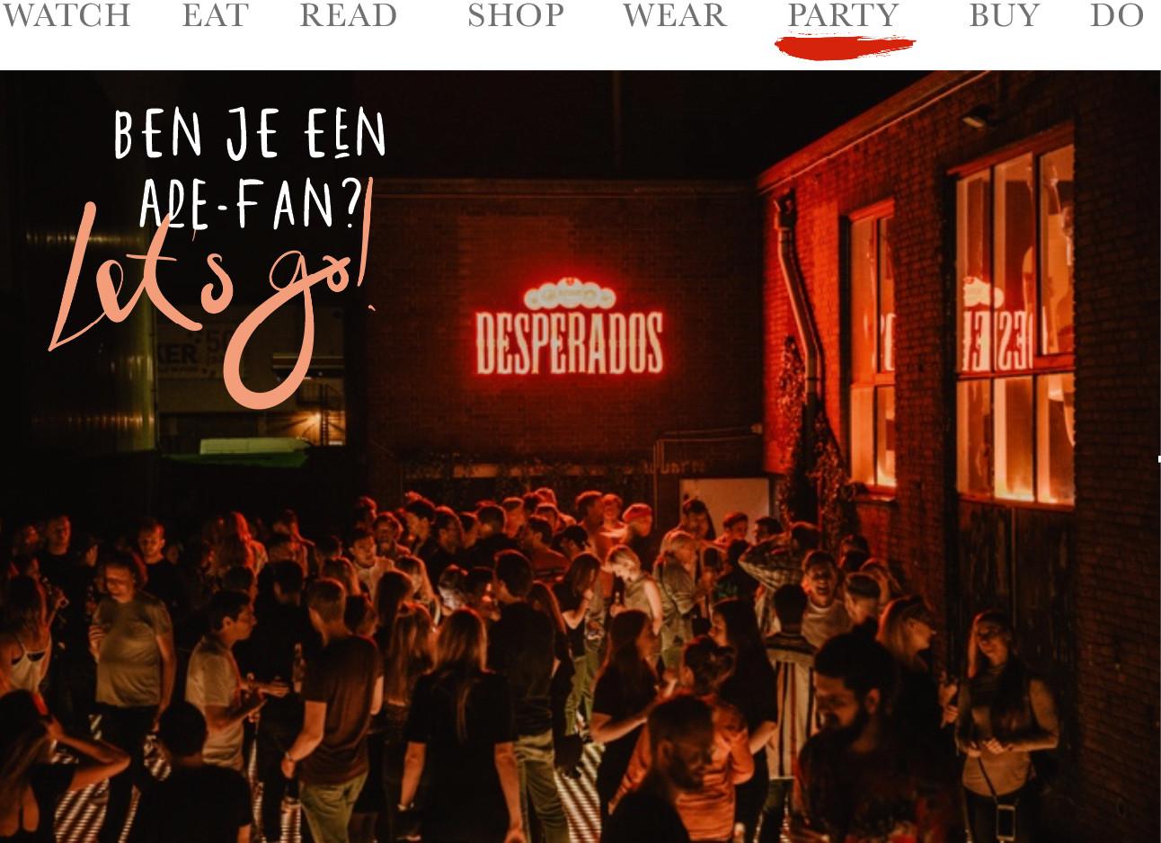Een feestje op het dak met een rood desperados bord dat licht geeft en dansende mensen