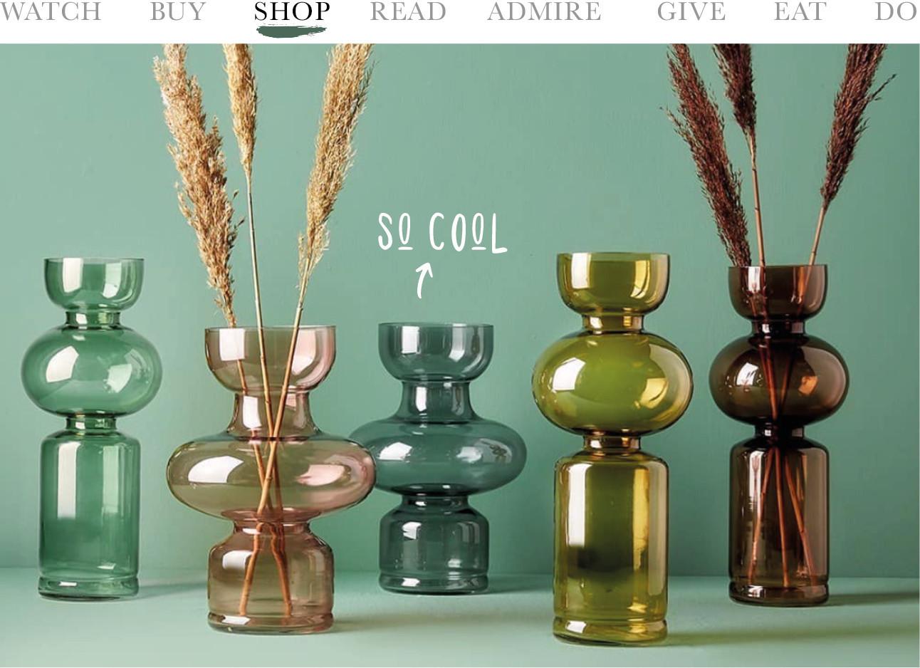 verschillende gekleurde vazen met pluimen voor een groene achtergrond