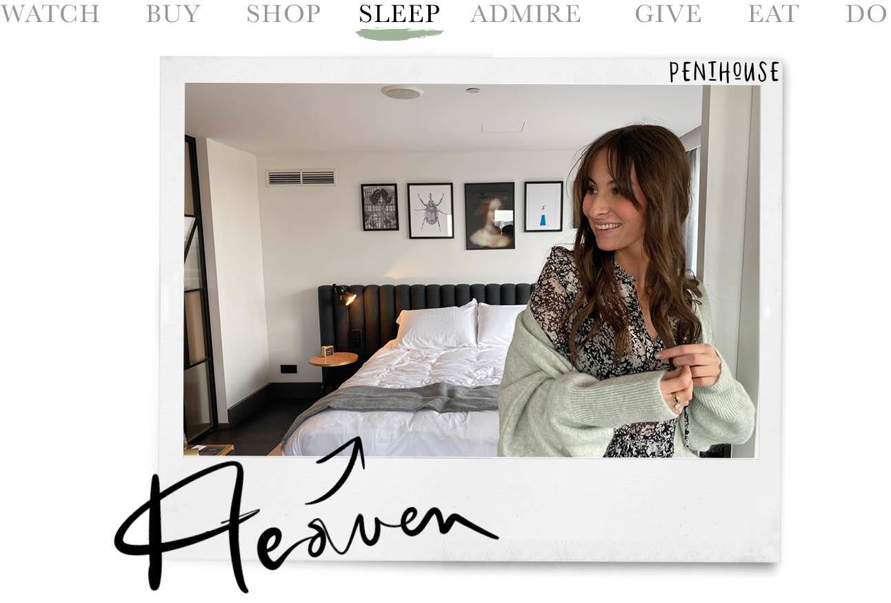 Vrouw lachen in hotelkamer