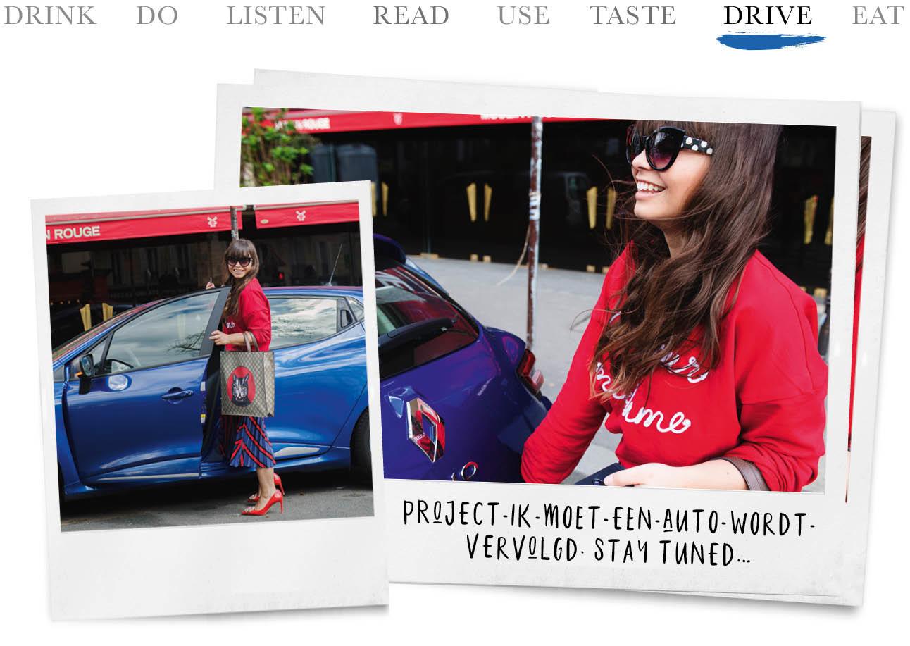 Kiki Duren lachend in Parijs met een rode trui en blauwe Renault