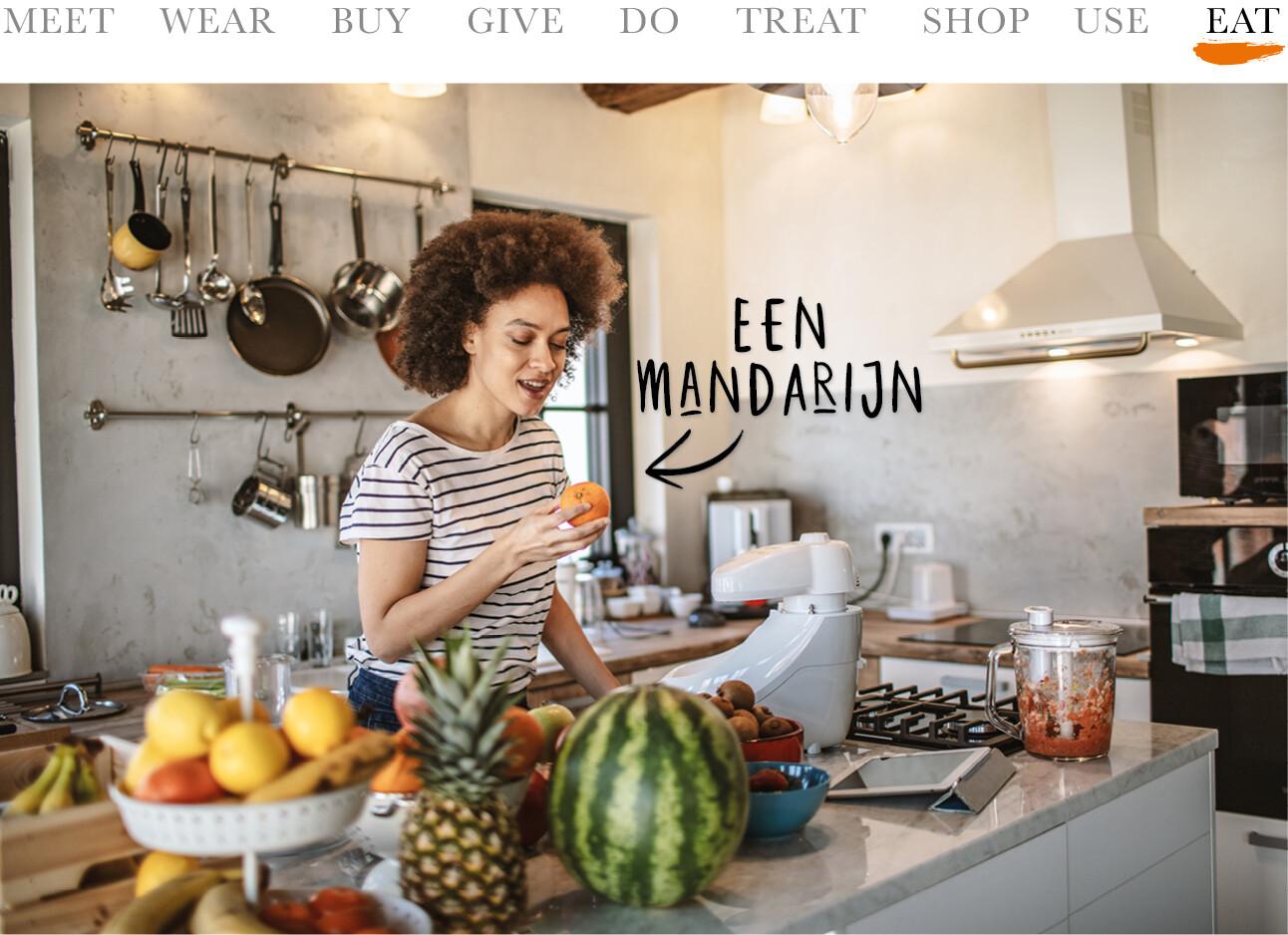 vrouw met allemaal fruit in de keuken