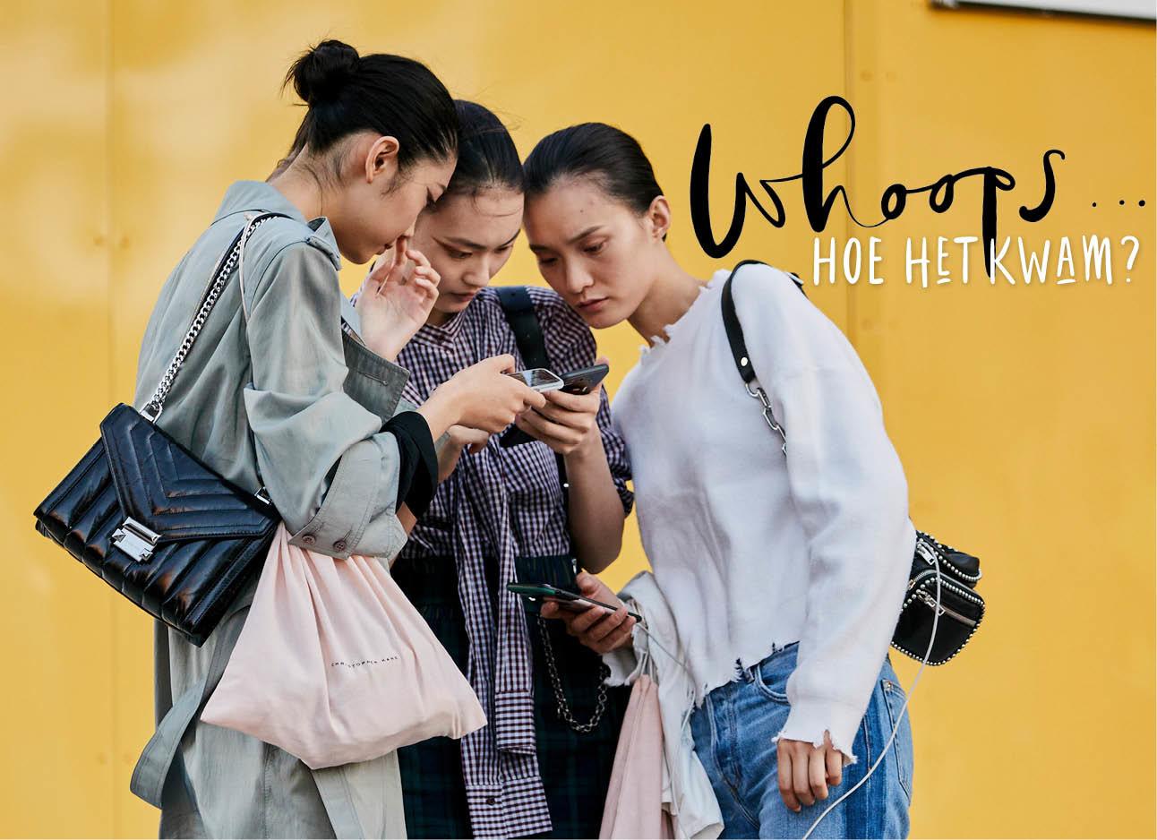 meisjes die kijken naar telefoon tijdens fashion week