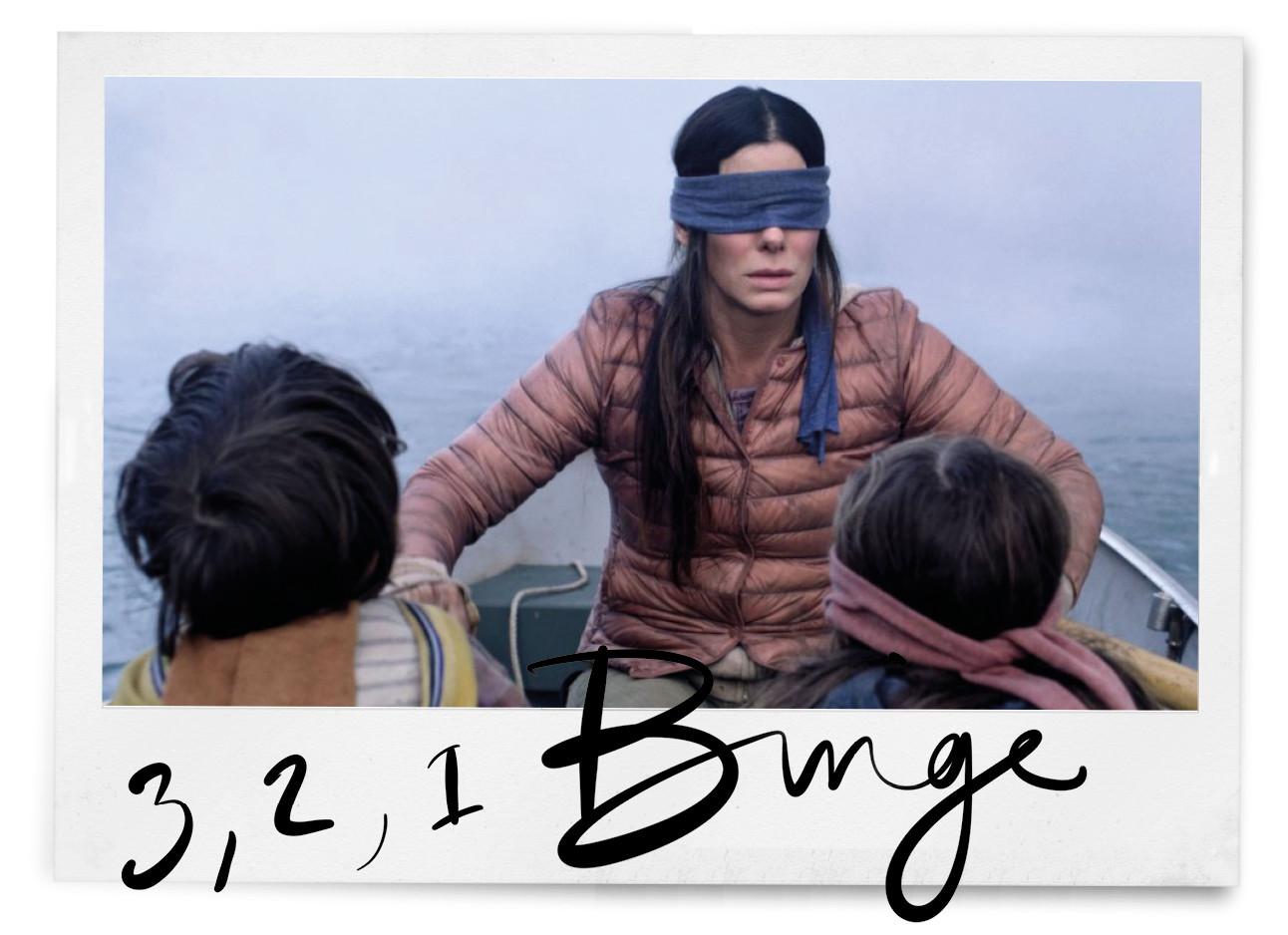 scene uit de netfilx film de birdbox malorie met de twee kindjes boy en girl in een boot met blinddoeken 3,2,1 binge