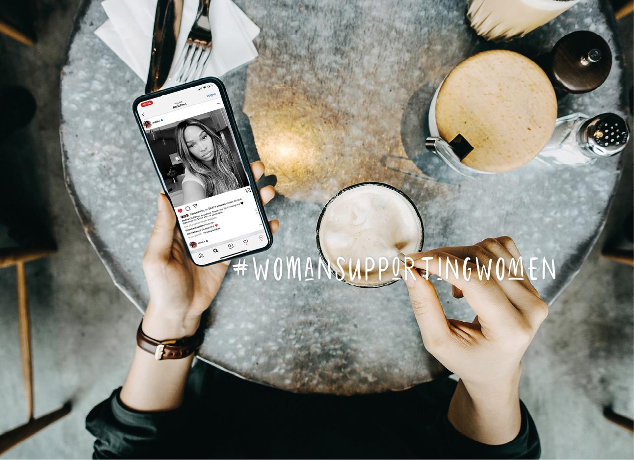 vrouw koffie drinken met haar telefoon kijken op instagram