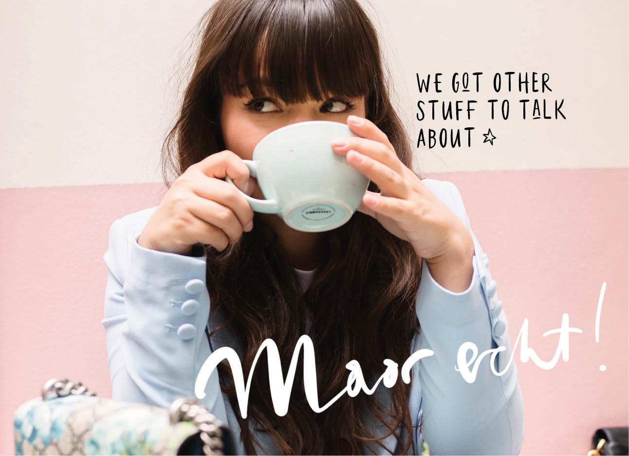 kiki lachend met een kop koffie in haar handen in parijs