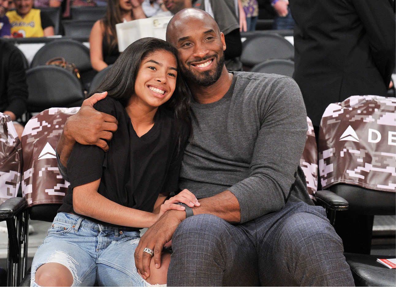 Kobe en Gigi Bryant lachend tijdens een wedstrijd