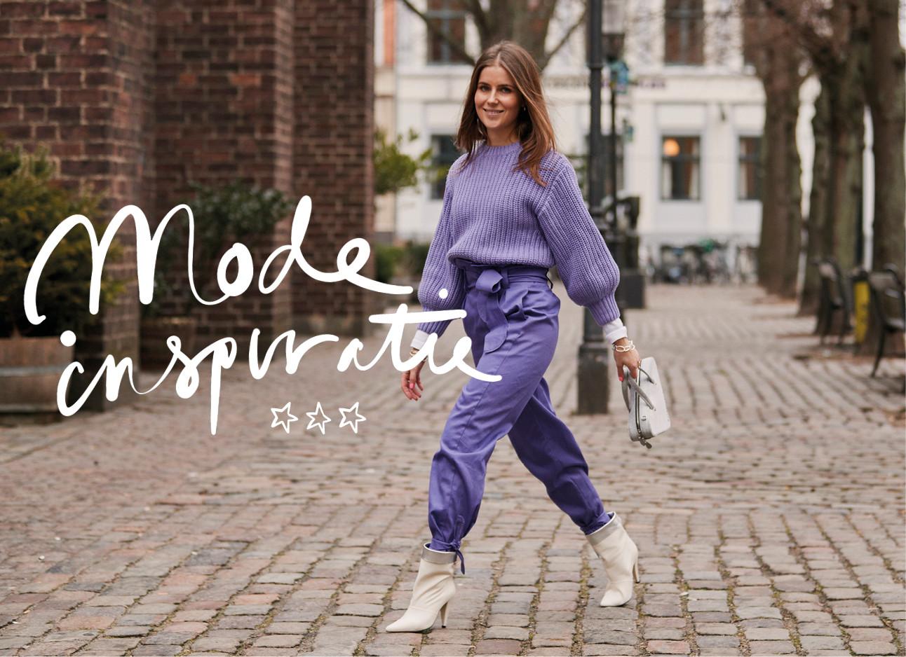 vrouw in paars gekleed lopend over straat