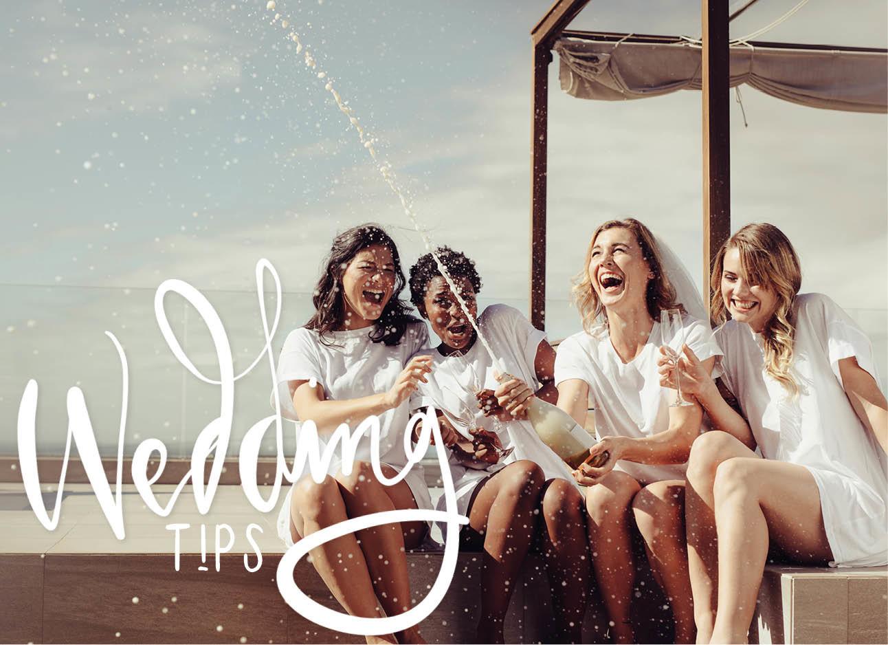 vrouwen lachend met elkaar champagne spuiten en drinken feest