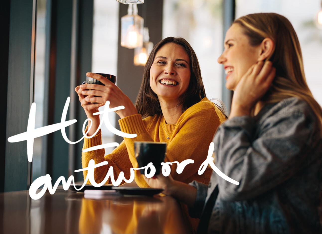 vrouwen praten en koffie drinken