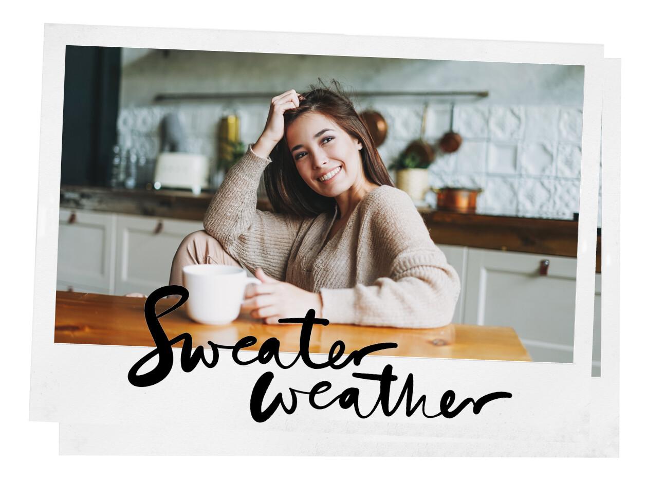 Sweater weather vrouw in de keuken met trui aan