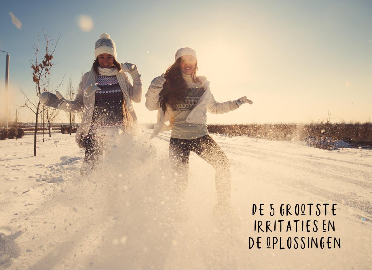 een paar meiden die samen in de sneeuw rond rennen