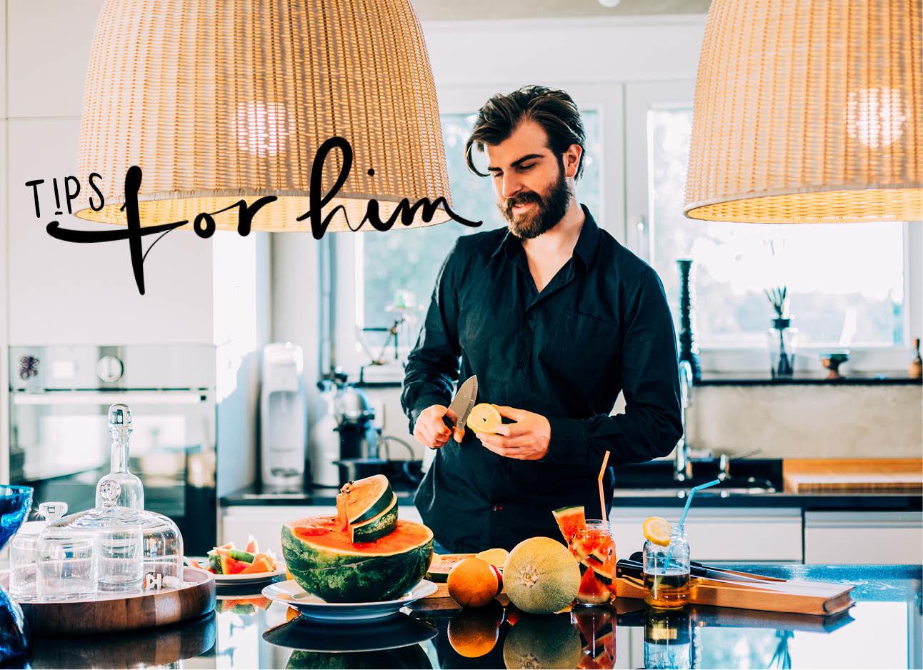 een man die een ananas aan het schillen is in de keuken