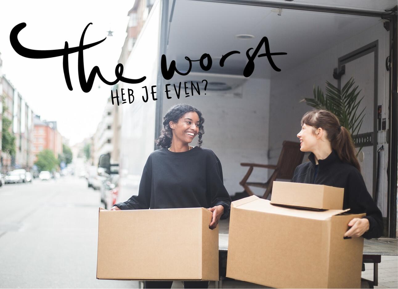 twee vrouwen aan het verhuizen dozen tillen
