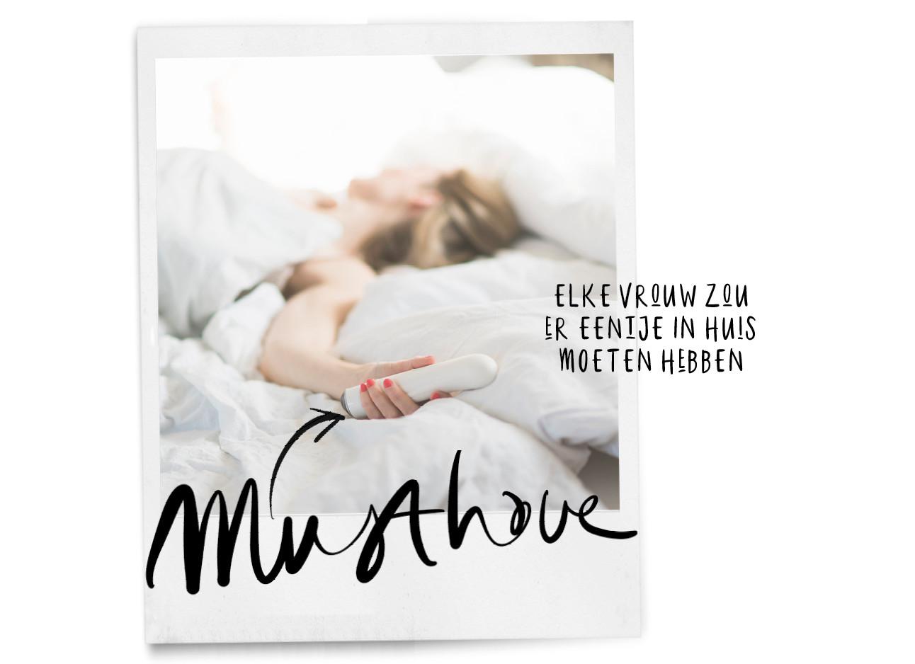 vrouw in bed met vibrator