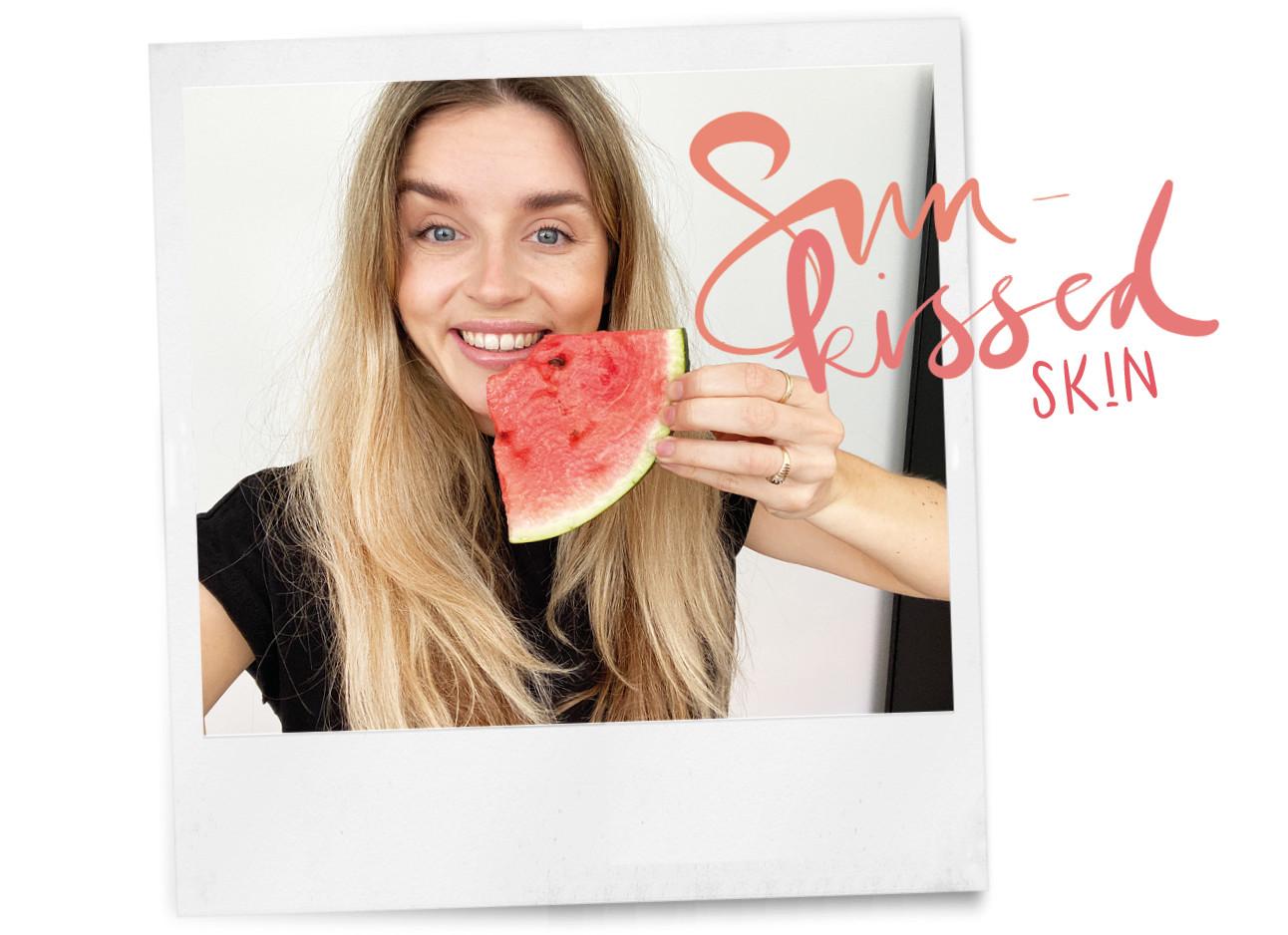 lotte van scherpenzeel lachend met een stuk watermeloen