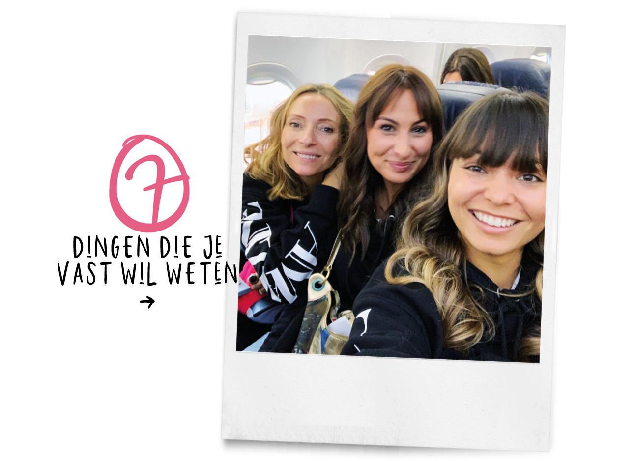 May, lilian en kiki lachend in een vliegtuig 2019