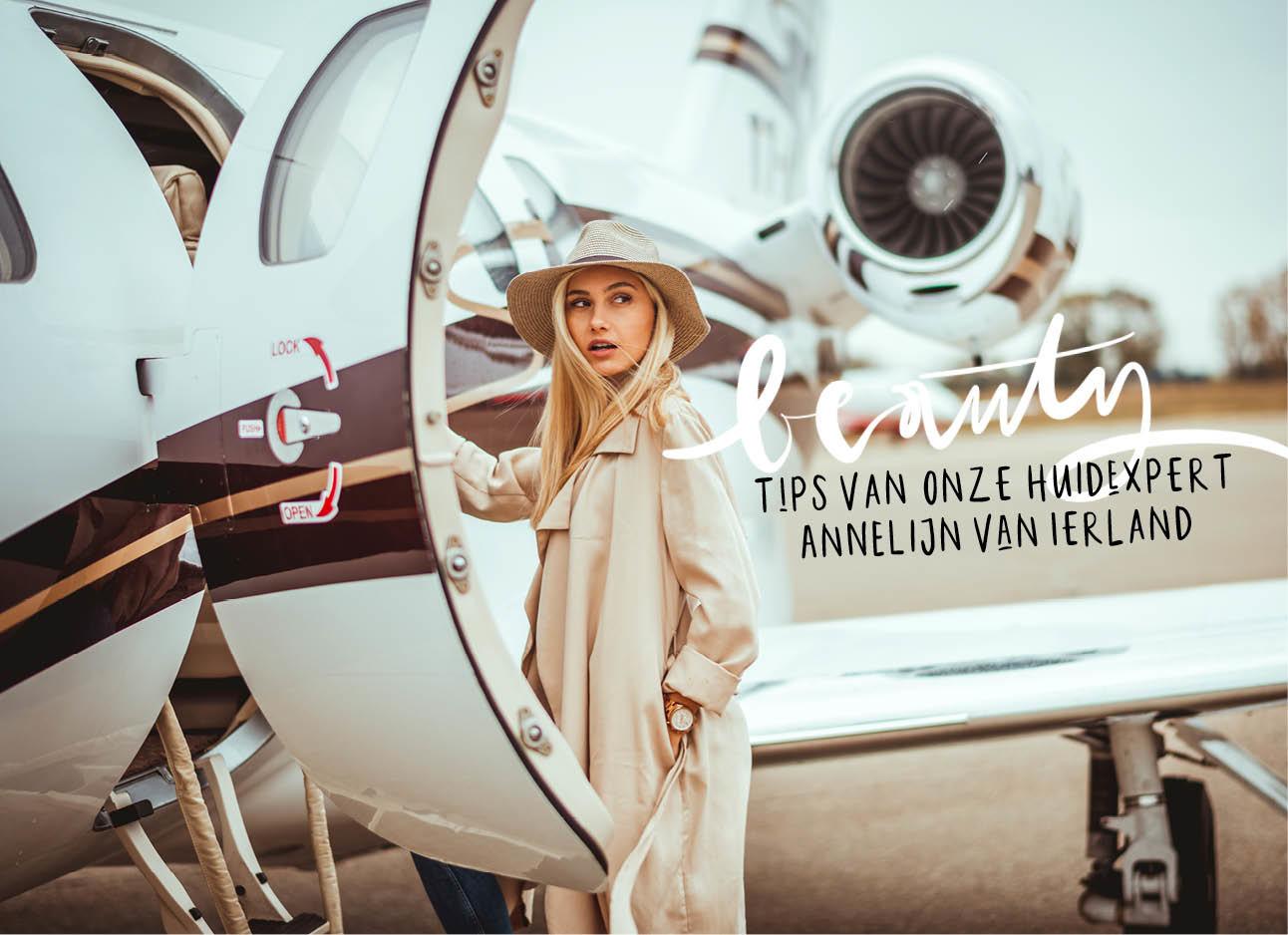 vrouw die het vliegtuig instapt