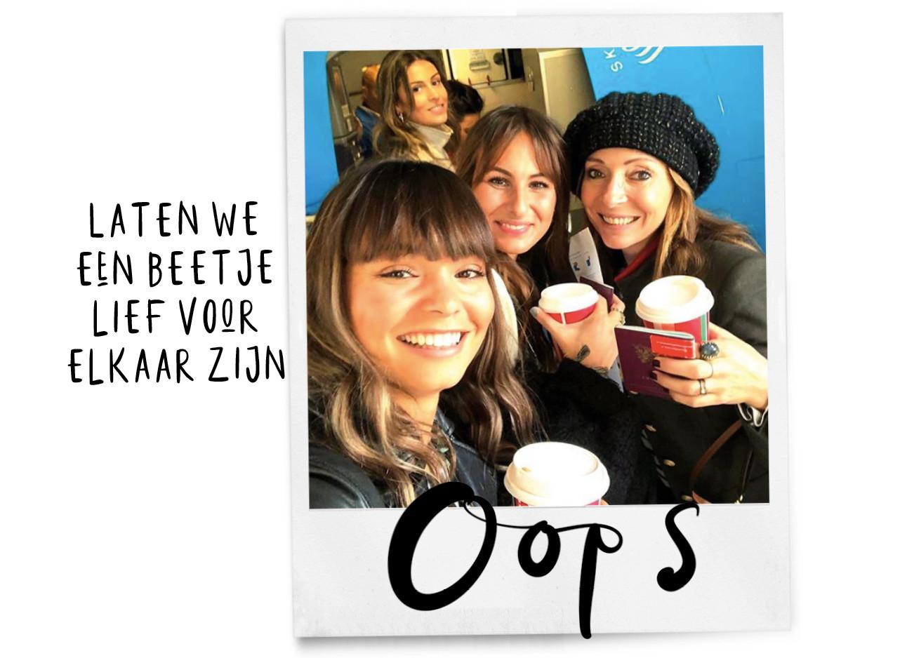May, Lil en Kiki die net een blauw gekleurd vliegtuig in willen stappen terwijl ze een ko koffie vasthouden ,ze lachen naar de camera