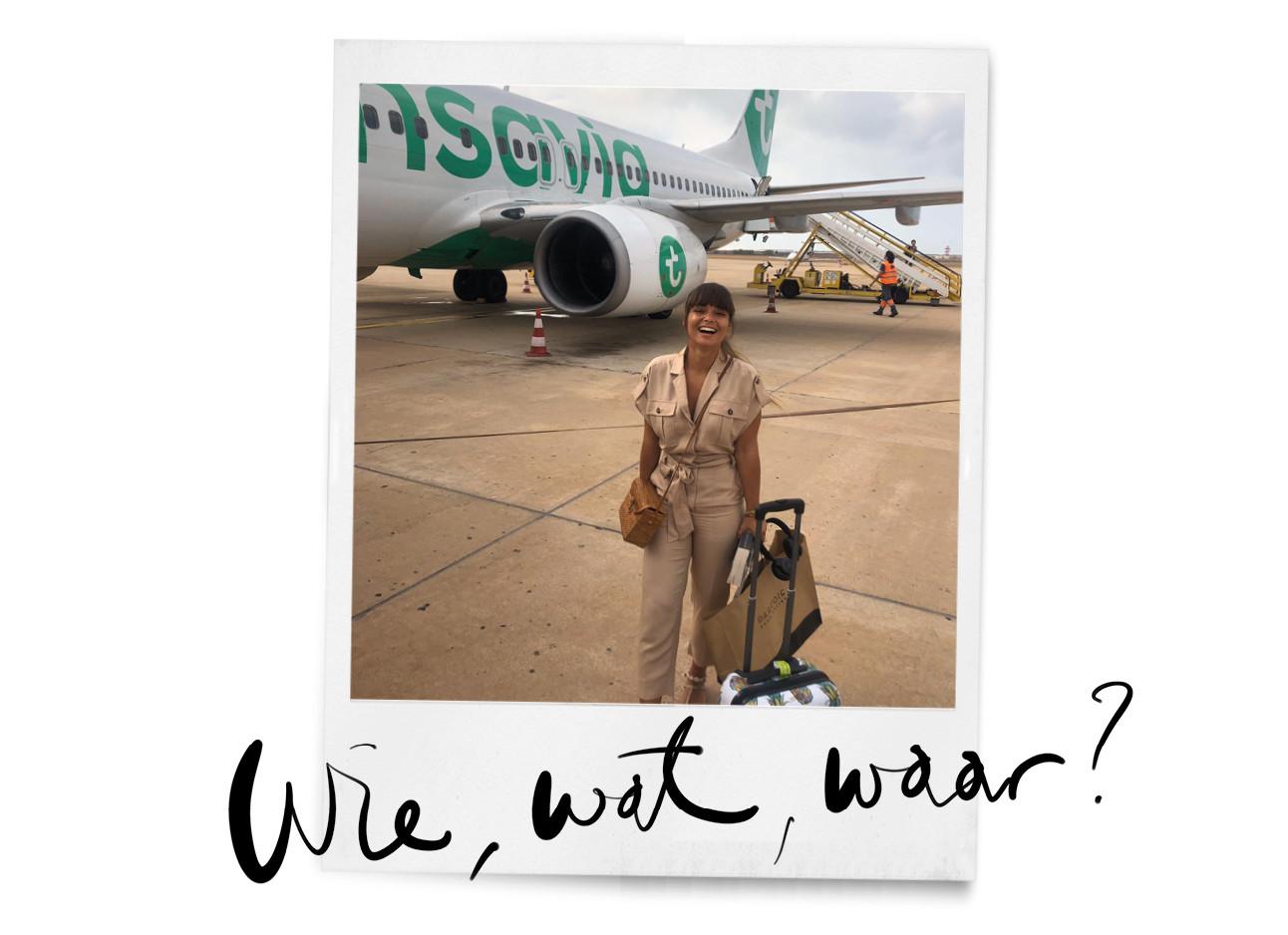kiki die in een bruin jumpsuit voor een transavia vliegtuig staat