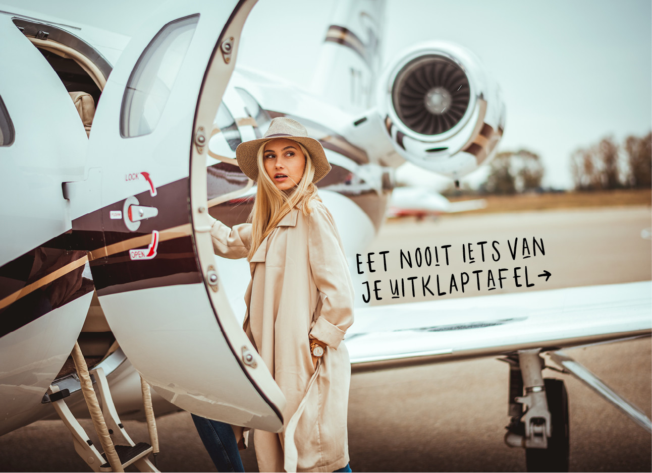 Vrouw stapt in een vliegtuig
