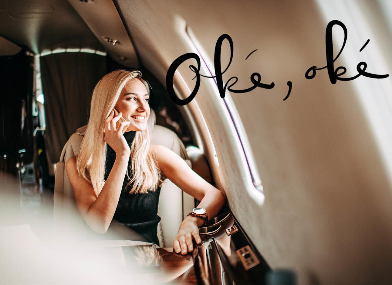 vrouw in het vliegtuig aan het raam, lachend, blond haar