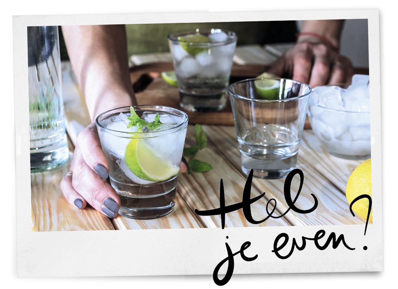 wodka spa rood in glas op tafel
