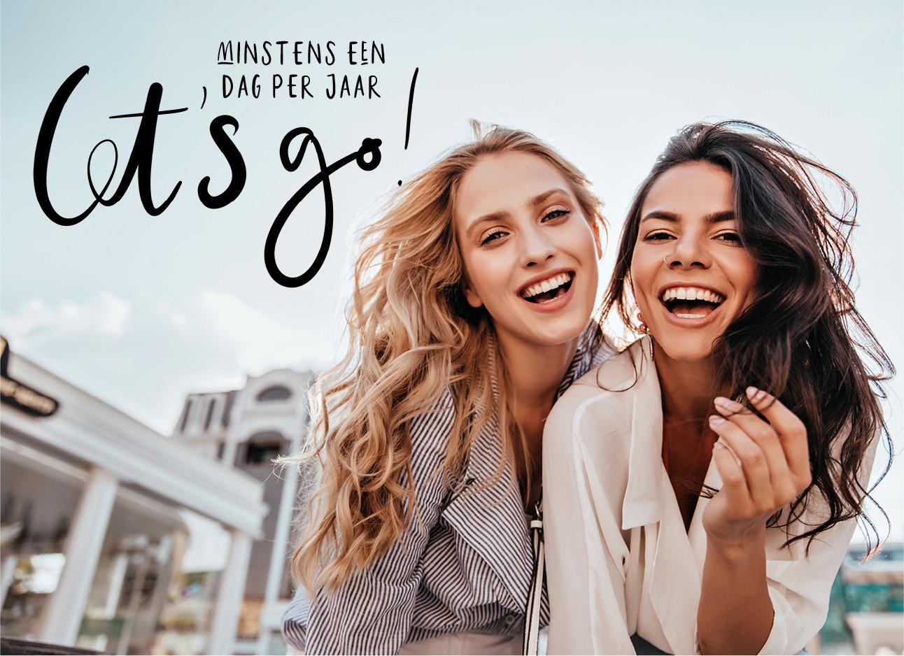 2 meiden die samen lachend naar de camera kijken