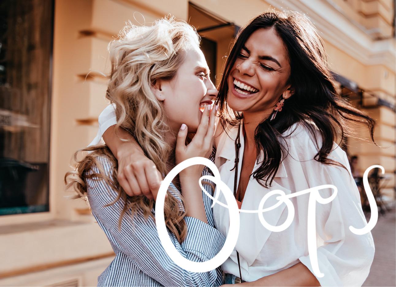 twee vrouwen lachend met elkaar op straat