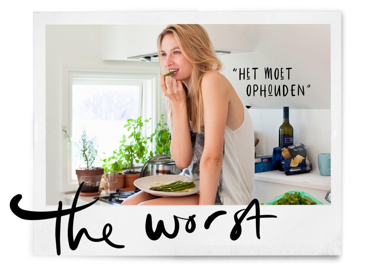 vrouw groente eten in de keuken