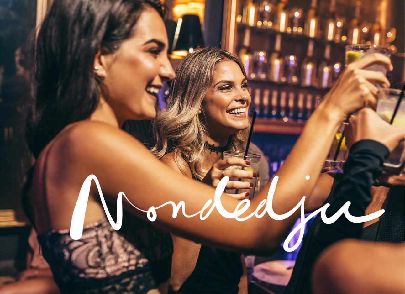 vrouwen met drankjes in een club