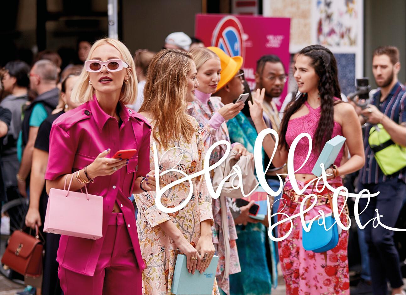 vrouwen bij elkaar die aan het praten zijn allemaal in het roze gekleed