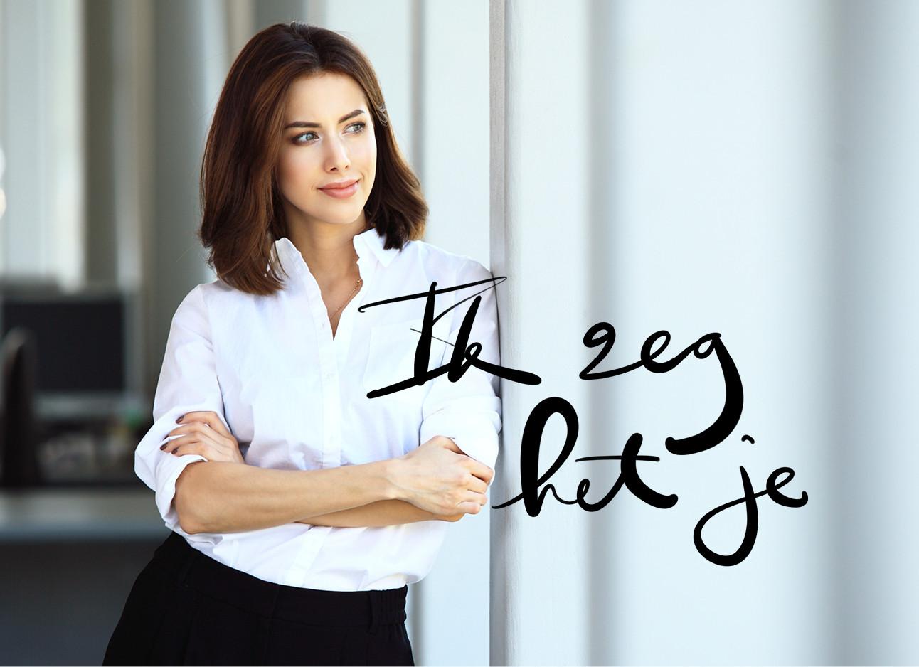 Vrouw in een witte blouse leunt tegen een muur