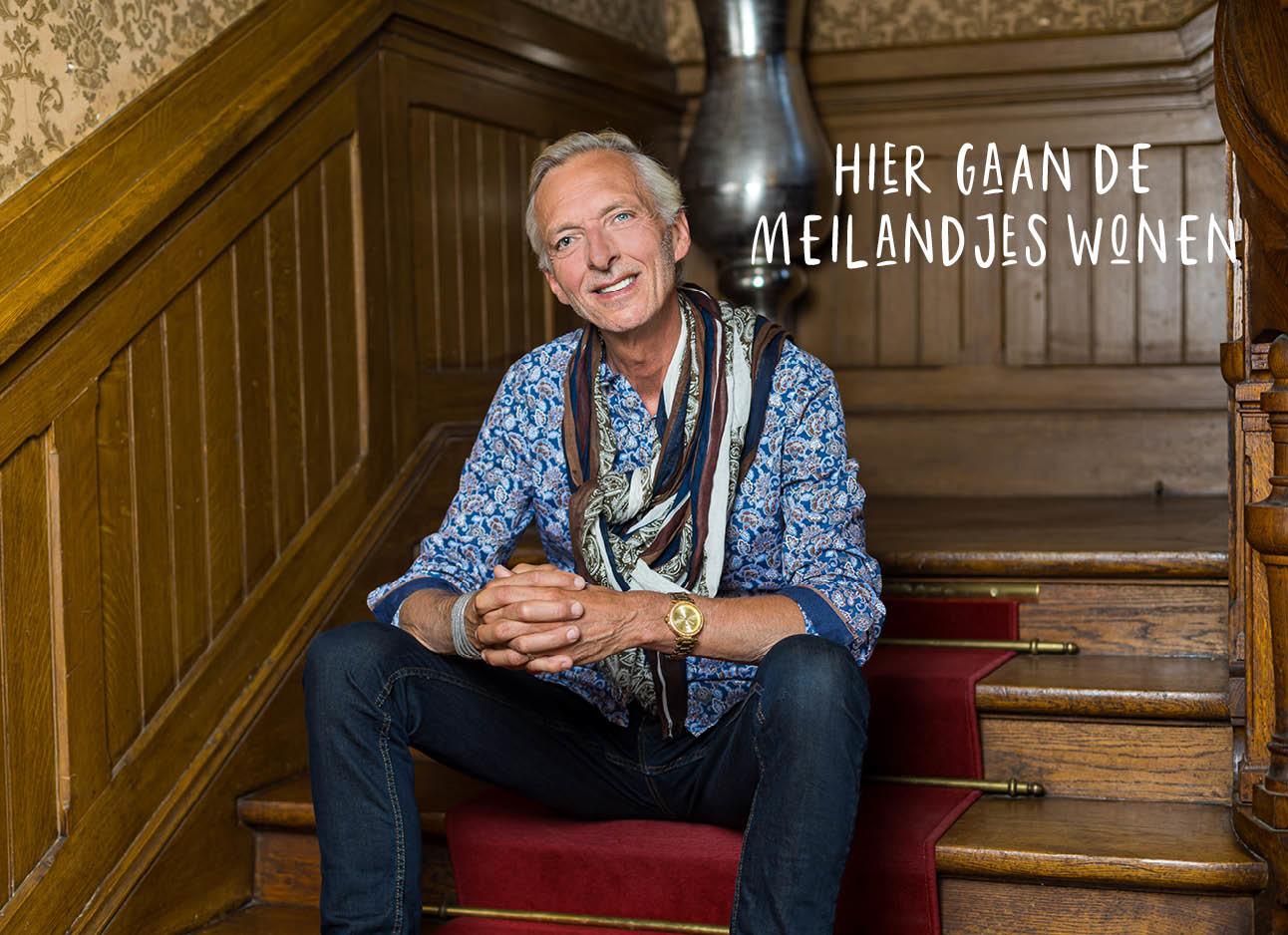 Martien Meiland zit op een trap